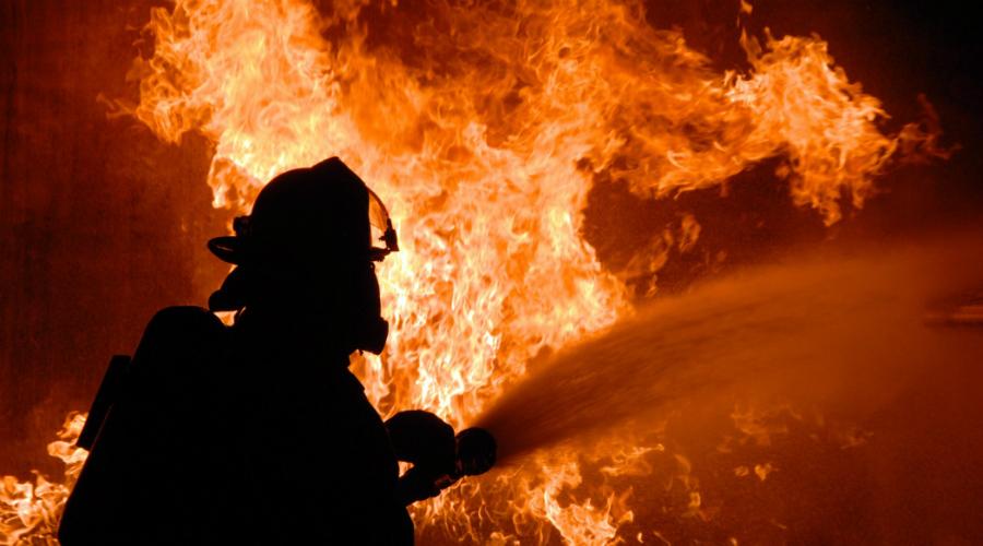 Дымовая завеса Старайтесь оставаться ниже уровня дыма. На ноги лучше не подниматься: передвигайтесь на четвереньках или ползком. Свежий воздух всегда будет находиться внизу, а токсичные вещества вместе с дымом поднимутся наверх. Отравление угарным газом наступает внезапно, опасность легко недооценить.