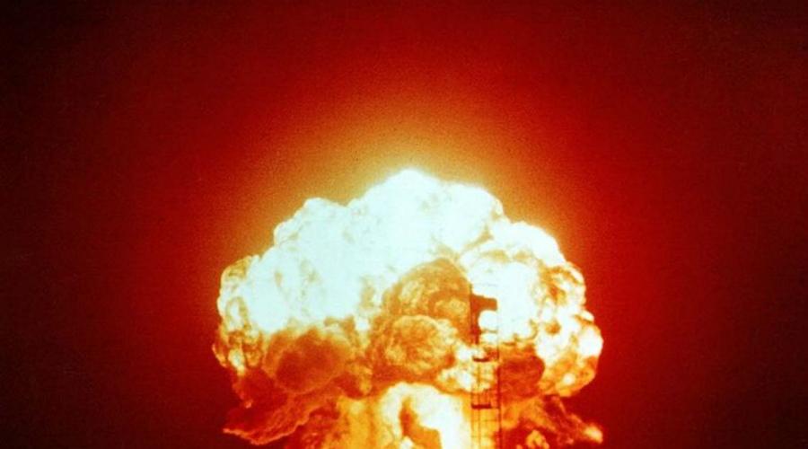 Причины Структура земной коры, которая разделена на несколько «тектонических плит», сама по себе уже является основной причиной большинства землетрясений. Дело в том, что эти пластины постоянно движутся из-за конвекции в полувязкой верхней мантии Земли. Иногда — очень редко — землетрясение провоцируют сами люди. Такое происходило во время испытаний ядерных бомб.