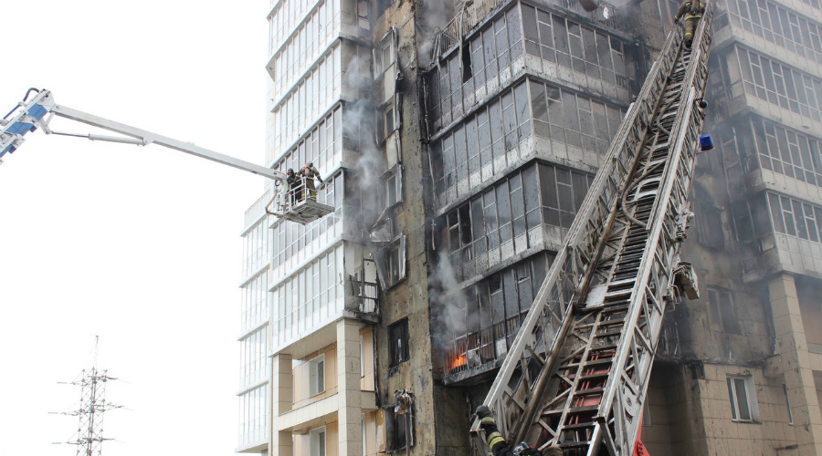Крыша По лестнице уже может подниматься плотный дым с верхних этажей. В таком случае остается только одно — пробираться на крышу. Обязательно оставьте дверь открытой, чтобы дым снизу продолжал выветриваться. На крыше двигайтесь только с наветренной стороны.