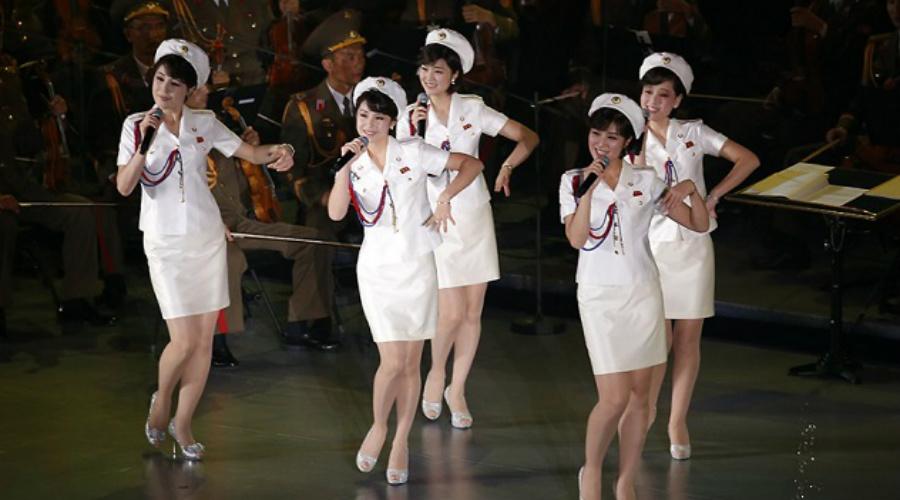Модные сотрудницы Ким не скупится на подарки для своих любимиц. По общим данным, собранным с нескольких северокорейских перебежчиков, казна КНДР тратит около 3 миллионов долларов в год только на наряды личных телохранительниц Чучхе.