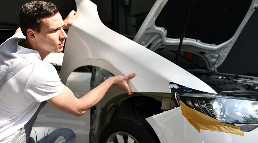 Щели в кузове Не пропустите ни один из зазоров кузова. 5мм — вот заводской уровень зазоров. Все остальное будет говорить о том, что детали меняли. Возможно, машина побывала в аварии. Двери, багажник и крышка капота у «целого» автомобиля закрываются без хлопка. Если приходится прикладывать дополнительные усилия к закрытию, то это также может свидетельствовать о возможном нарушении геометрии кузова.