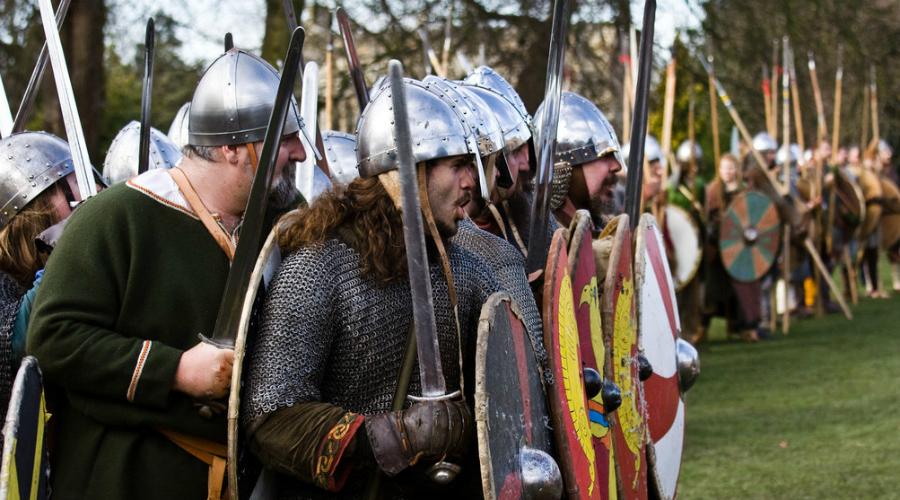 Обычные воины На самом деле, норманны вовсе не были непобедимыми бойцами. В равных условиях с хорошо подготовленным противником они могли и проиграть битву. Согласно современным данным, завоевание Англии при короле Этельреде Нерешительном могло захлебнуться уже в самом начале — английский ярл Биртнот дал викингам суровый отпор. Если бы ярла поддержали войсками другие лорды, норманны не сумели бы дойти до самого Лондона.