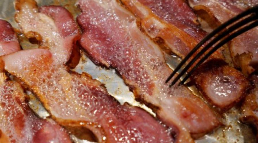 Обработанное мясо Нам очень жаль, но ВОЗ утверждает, что обработанное мясо (ветчина, бекон и колбаса) также способствуют развитию онкологических заболеваний.