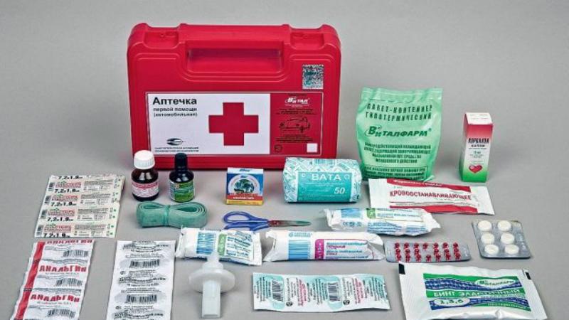 Лекарства из аптечки не навредят Назначить медикаменты пострадавшему в любом случае имеет право лишь сотрудник врачебного учреждения. Не рискуйте: поставленный вами на глаз диагноз вполне может быть ошибочным, а значит и таблетки, которые вы решите дать больному, могут ему только навредить.