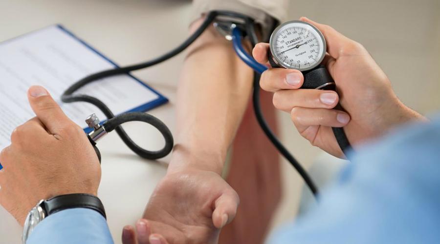 Повышенное давление При заболеваниях почек происходит нарушении кровообращения, что в свою очередь приводит к повышению артериального давления. Если показатели артериального давления постоянно находятся на высоком уровне, это вполне может указывать на патологию почечных артерий.
