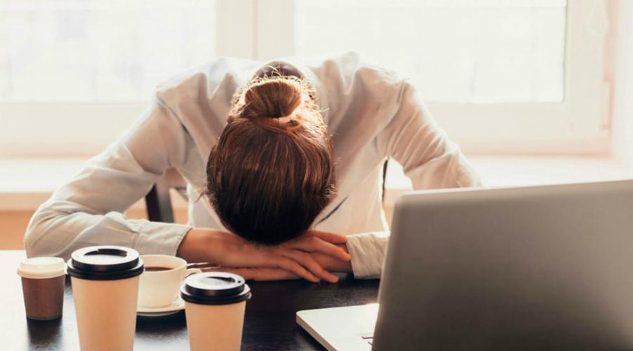 Слабость Постоянная слабость, незначительное повышение температуры и головная боль проявляется при начале воспаления тканей почек. Это признак общей интоксикации организма, пропускать его крайне нежелательно.