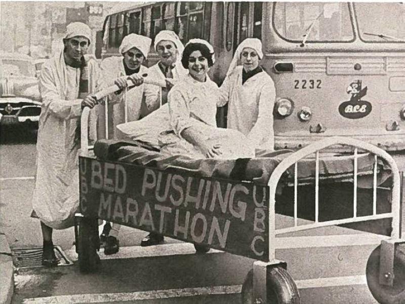 Толкание кроватей Огромные толпы собирались смотреть, как санитары в белых одеждах на скорость толкают кушетки с пациентами. У странного спорта была практическая подоплека — так медицинские работники демонстрировали свою готовность к внезапному наплыву пациентов, который мог произойти во время войны.