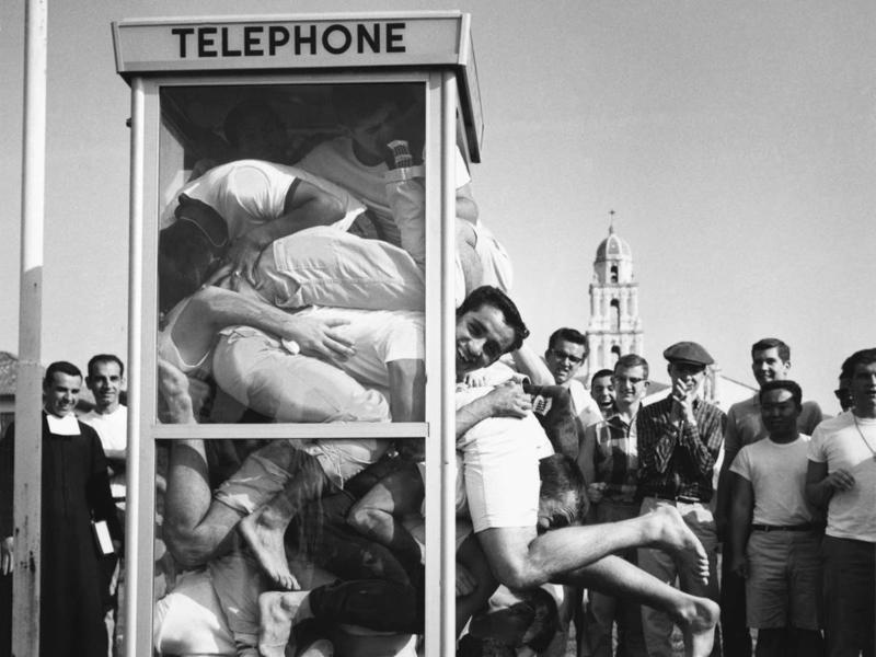 Толкучка в телефонной будке В конце 1950-х мир охватило странное соревнование — во всех уголках мира люди пытались побить рекорд максимальному количеству людей, способных разместиться в одной телефонной будке.