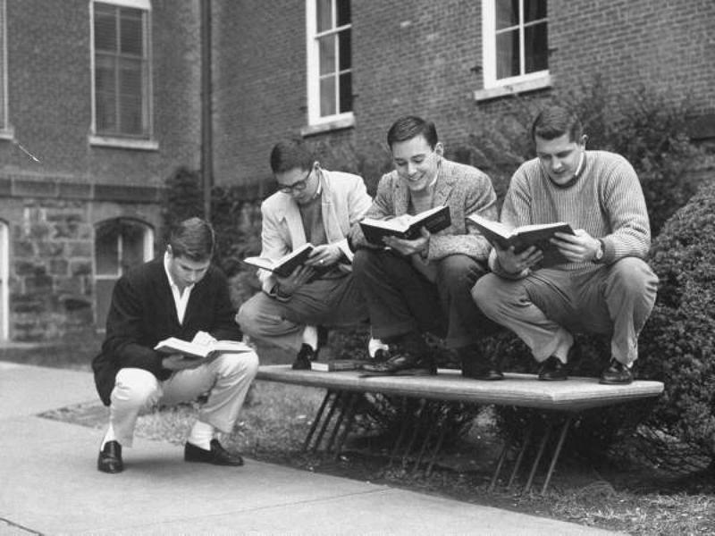 Сидение на корточках Сидение на корточках люди открывали для себя в разные годы и в разных частях мира, однако в 1950-х это странное поветрие получило распространение среди самой интеллигентной части молодежи — студентов университета штата Арканзас.
