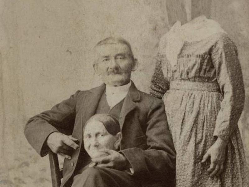Безголовые портреты В 1853 году фотограф Оскар Рейландер запустил странное поветрие среди аристократических британцев. Он монтировал портреты семейных пар таким образом, что голова жены оказывалась в руках у мужа. Тенденция завоевала множество ценителей — в ателье к Рейландеру выстраивались очереди.