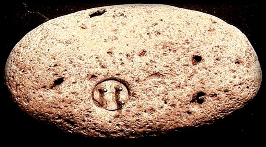 Энигмалит Уильямса В 1998 году турист по имени Джон Уильямс заметил в земле странный металлический выступ. Он выкопал эту штуковину и обнаружил, что она часть некоего электроагрегата, похожего на штекер. С тех пор место находки стало объектом паломничества практически всех уфологов мира. Уильямс утверждал, что во время обнаружения агрегат не был приварен или приклеен к камню, а наоборот, скала сформировалась вокруг него. Хотя многие и считают, что это все же мистификация, камень вокруг артефакта образовался более 100 тысяч лет назад, а значит, он не мог быть плодом человеческих рук.
