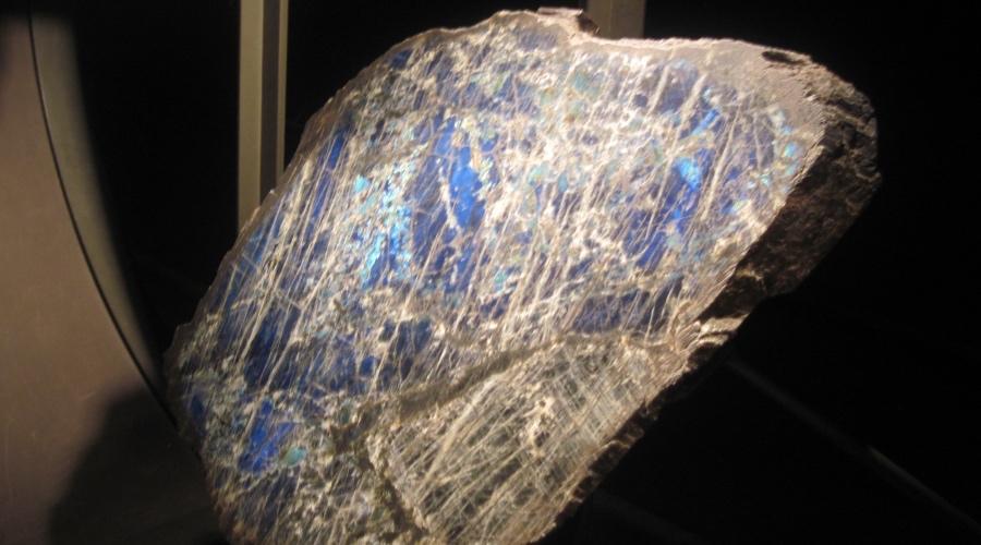 Шри-ланкийские метеориты Исследователи, изучавшие метеорит, упавший на Шри-Ланке, обнаружили, что это не просто куски космического камня. Это точно был артефакт, то есть вещь, созданная искусственно. Два независимых друг от друга исследования показали, что метеорит содержит ископаемые водоросли, которые явно имеют внеземное происхождение. Профессор Чандра Викрамасингхе, ведущий научный сотрудник в первом исследовании, говорит, что окаменелости дают убедительные доказательства панспермии (гипотеза о том, что внеземная жизнь существует). Более того, следы в метеорите представляют собой остатки пресноводных организмов, похожих на те, что встречаются на земле.