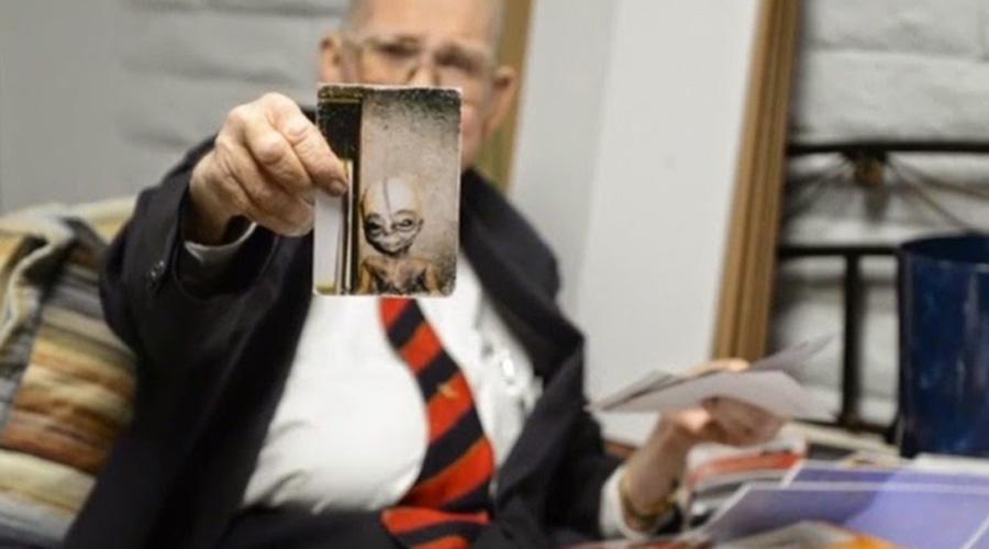 Исповедь Бойда Бушмана В 2014 году ученый-исследователь Бойд Бушман буквально на смертном одре рассказал о связи правительства США с инопланетянами. По словам Бушмана, инопланетяне похожи на очень высоких людей и умеют общаться телепатически.