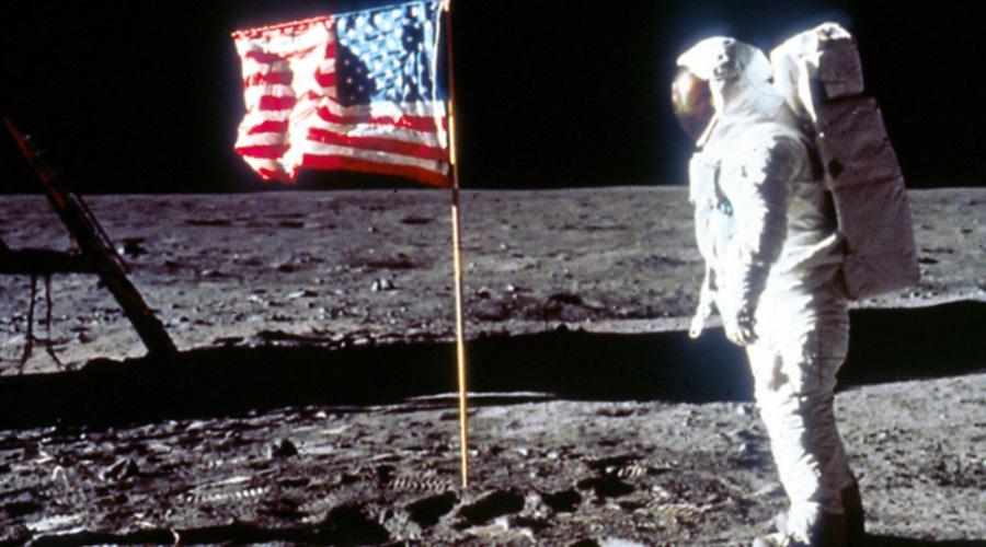 Лунный обман По статистике, примерно 65% американцев верит, что посадка на Луну — всего лишь фальшивка. По словам писателя-исследователя Билла Кайсинга, ученые НАСА еще в 1960 году выяснили, что космическое излучение просто убьет астронавта на поверхности земного спутника. Но программа Apollo была запущена и для США ее отмена стала бы серьезным ударом по репутации. Поэтому все съемки провели прямо на территории базы в Зоне 51.