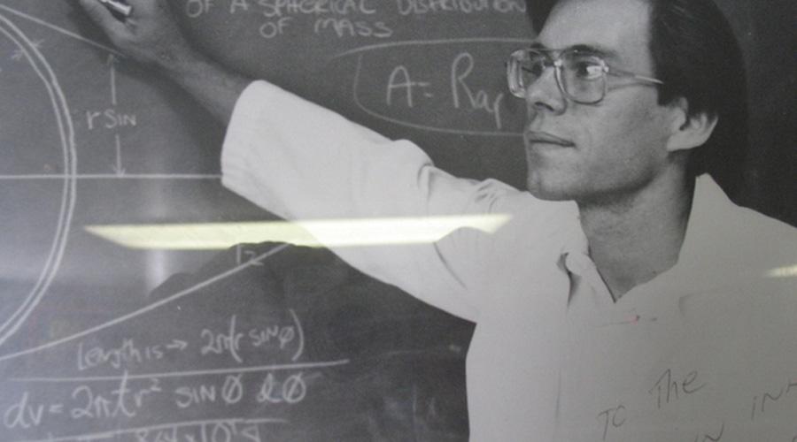 Лазарус инопланетный Первое «инопланетное» потрясение ожидало американскую общественность в 1987 году. Роберт Лазарус, известный инженер, выступил по национальному каналу с заявлением, что уже несколько лет работает над технологией инопланетного инженера-реверсора. Лазарус был нанят для перепрограммирования технологий инопланетных кораблей для использования в военных машинах США. Инженер утверждал, что обнаружил некий «Элемент 15» — топливо НЛО.
