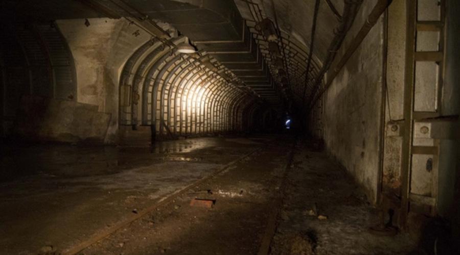 Секретные подземные туннели Недавно выяснилось, что под Зоной 51 проходит целая сеть секретных подземных тоннелей, связывающих территорию базы с другими городами — куда там Метро-2. Журналисты из Daily News утверждают, что смогли найти информанта среди сотрудников базы, который подтвердил наличие таких подземных сооружений.
