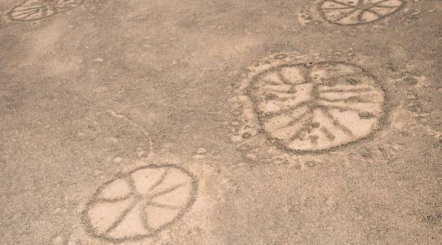 Геоглифы Не так давно – во время Первой мировой войны – летчики британских ВВС обнаружили странные рисунки на земле на территории Аравийского полуострова. Они были похожи на гигантские велосипедные колеса. Ученые начали исследование и выяснили, что созданы они были в 6500 году до нашей эры. Это очень странно, потому что с земли геоглифы не видны, а смотреть на них можно только с высоты птичьего полета.