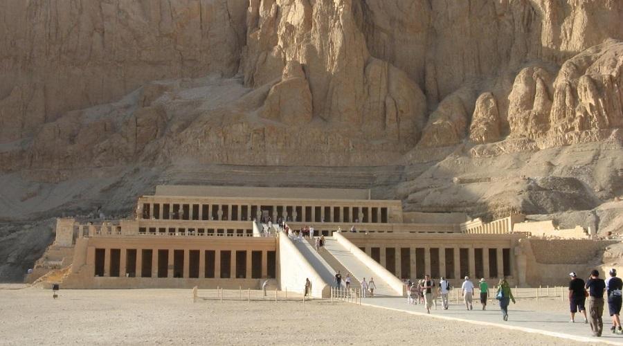 Секрет Долины Царей Долина Царей с древних времен использовалась для захоронения останков королевских семей египетских правителей. Большая часть гробниц была разорена в разные времена. Однако, по мнению некоторых исследователей, стоит возобновить поиски, потому что в этом месте должны быть неоткрытые гробницы. В них, скорее всего, похоронены жены фараонов со всем их богатством.