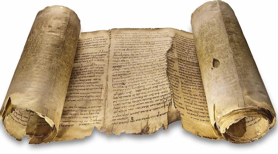 Свитки Мертвого моря Свитки Мертвого моря состоят из тысяч фрагментов текстов, которые были написаны 2000 лет назад и найдены в 12 пещерах рядом в современном Израиле. Кто написал Свитки Мертвого моря— едва ли не самая ожесточенная научная дискуссия, ведущей версией в которой остается секта ессеев. Эти люди много писали и хранили рукописи в пещерах до той поры, пока римская армия не изгнала их с насиженного места. Но эта теория становится все менее популярной, поскольку найдены доказательства, что свитки были привезены на это место откуда-то еще.