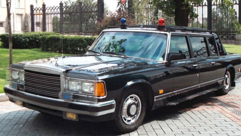ЗИЛ-41072 Скорпион Пятиместный автомобиль сопровождения был создан конструктором А.Н. Горчаковым специально для охранной службы Кремля. ЗИЛ-41072, прозванный «Телохранителем» получился своеобразным броневиком, способным развивать скорость в 190 км/ч и без особых проблем отбрасывать с дороги тяжелые препятствия. В крыше имелся специальный бронированный люк для автоматчика, заднее стекло откидывалось и превращалось в защиту для стрелков.