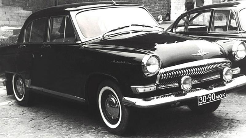 Волга ГАЗ-23 Это один из наиболее удачных автомобилей КГБ. Волга ГАЗ-23 так понравилась оперативникам, что с 1962 по 1970 годы было выпущено более шести сотен машин. Под капот устанавливался усиленный советский двигатель V-8 объемом 5,5 литров и мощностью 196 л.с. Главной особенностью автомобиля была автоматическая коробка передач и возможность включать фары по одной, что в темноте позволяло визуально менять конфигурацию машины.