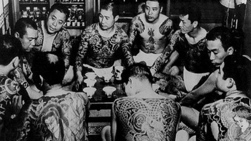 Противостояние якудза Ямагути гуми, одна из наиболее крупных ОПГ в современной Японии, в 1960-ом году только набирала силу. Захватив территорию своей префектуры (Хего), якудза двинулись в Осаку, которую контролировала банда Мэйю Кай. Прокатилась волна небывалого насилия: пришельцы из Хего резали столичных бандитов как свиней на ярмарке. Живописнее всего выглядели схватки на мечах — два или три таких «представления» члены группировок дали прямо на центральных улицах Осаки.