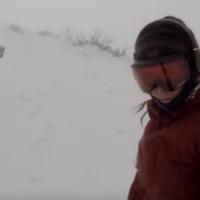 Медведь погнался за беззаботной сноубордисткой и распугал всех вокруг