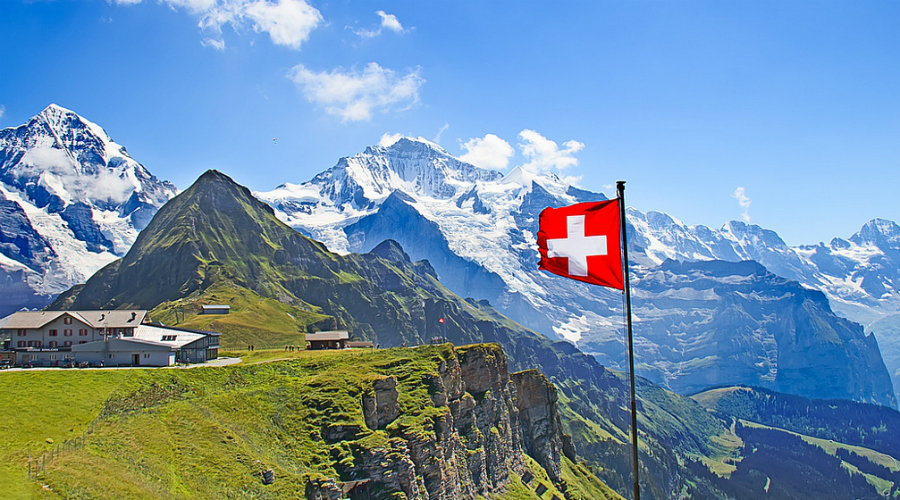 Швейцария Швейцарцы так и вовсе не участвовали ни в каких войнах с 1815 года. Захватить Швейцарию не получится даже мировым державам: абсолютно все горные перевалы серьезно укреплены и постоянно охраняются. Бомбардировкой, даже ядерной, дела тоже решить не получится — надежных (и комфортабельных) бункеров в Швейцарии хоть отбавляй.