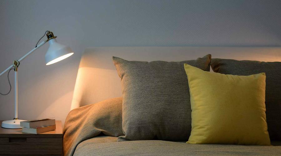 Правильный свет Позаботьтесь о правильном свете в комнате. Слишком яркие лампы мешают выработке гормона сна, мелатонина. Кстати, по той же причине мешает спать экран телефона или телевизора.