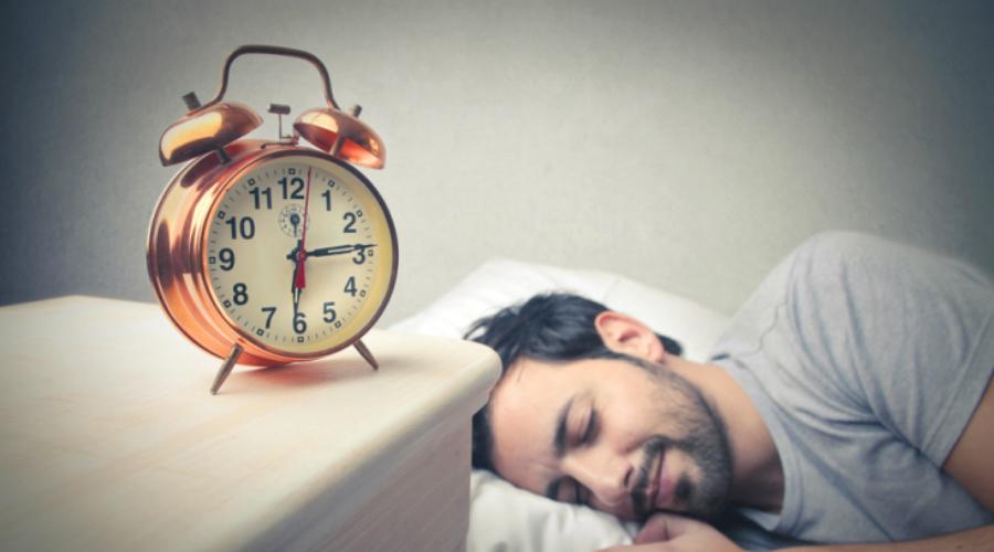 Массаж Легкая мануальная стимуляция ладоней, подушечек пальцев, лица и плеч, расслабляет мышцы и стимулирует выработку эндорфина. Он, в свою очередь, блокирует излишек кортизола, гормона стресса, и помогает уснуть.