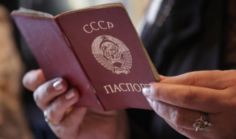 Василий Бабина В 1991 году Василий Бабина сел в тюрьму на 25 лет. Вышел он уже в новой стране, зато со старым паспортом. Россия принимать бывшего гражданина Советского Союза отказалась наотрез: посидев еще пару лет в спецприемнике для иностранных граждан, Бабина в конце концов был переправлен к родственникам в Казахстан. Здесь ему паспорт также еще не выдали и на данный момент мужчина остается в статусе апатрида.