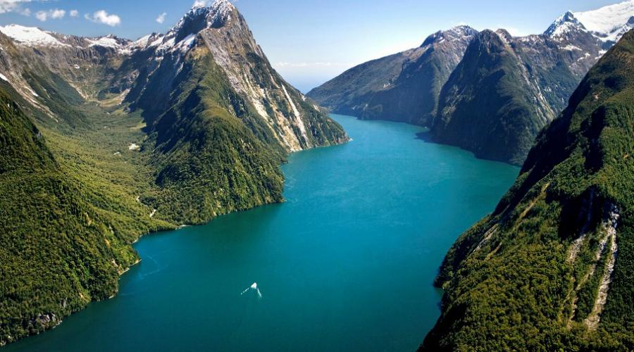 Новая Зеландия Более половины всего электричества Новая Зеландия получает от ГЭС. Земля островов плодородна: даже отрезанная от всего остального мира эта страна останется безопасным местом