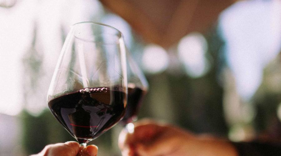 Отказ от алкоголя Алкоголь может и помогает быстрее заснуть, зато совершенно точно мешает высыпаться. Среди ночи вы наверняка проснетесь: организм переработает этиловый спирт и получит бодрящую глюкозу.