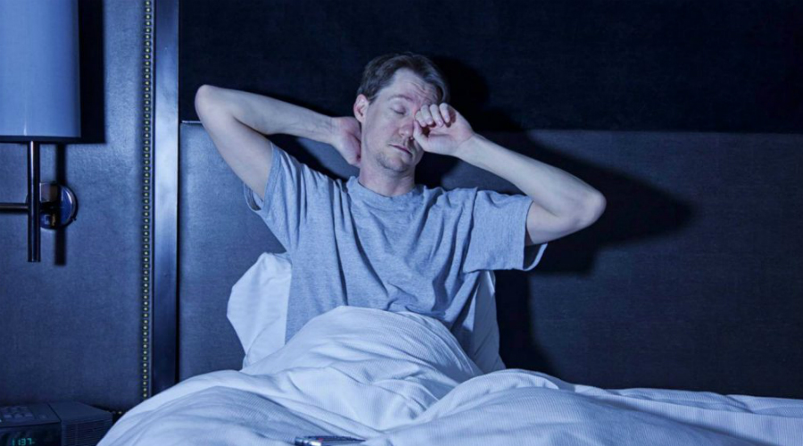 Поза Приучить себя спать в правильной позе будет непросто. Большинство спят либо на животе, либо в позе эмбриона. Но для нашего тела гораздо полезнее сон на спине с вытянутыми вдоль туловища руками. Привыкать к новой позе придется примерно неделю, зато потом вы будете моментально засыпать и хорошо высыпаться.