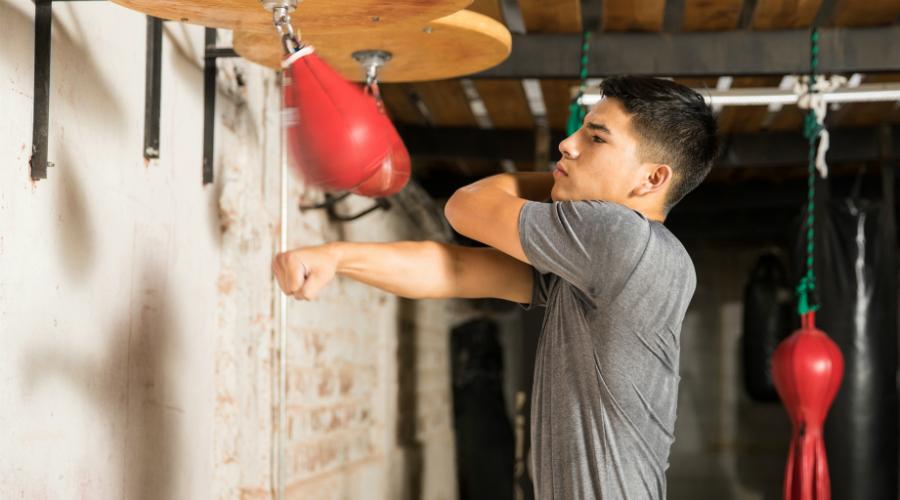 Движение С резким выдохом отталкивайтесь задней ногой, перемещайте вес на переднюю ногу и резко выбрасывайте руку вперед. Кулак одновременно разворачивается пальцами вниз. Разгибать полностью руку не нужно — разогнутый локоть уменьшает силу импульса.