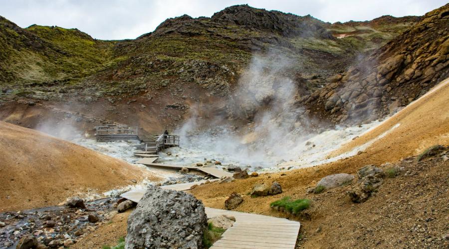 Исландия Исландия признана самой мирной страной в мире: по Глобальному индексу мира, она получила первое место. Кроме того, Исландия находится географически далеко от держав, которые будут вовлечены в международный конфликт.