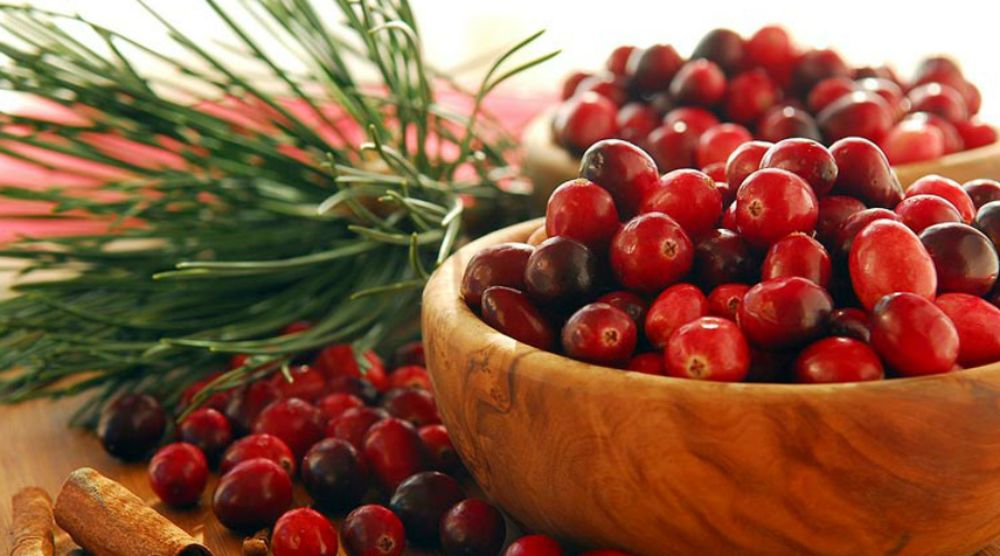 Противопоказания Но и у чудо-продукта есть свои противопоказания. Каждый день есть клюкву просто нельзя, поскольку она очень активно вымывает из организма соли. Попробуйте делать трехдневные перерывы в клюквенной диете, так вы сведете все минусы этой лесной ягоды на нет.