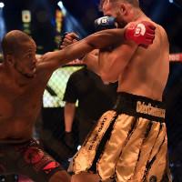 Боец ММА уговорил соперника сдаться прямо на ринге