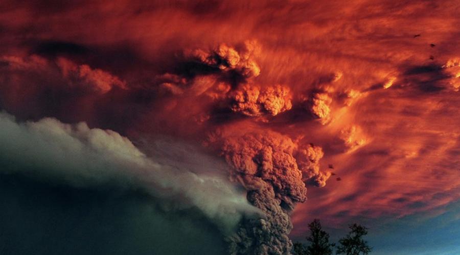 Смелая гипотеза Причины холодов стали известны людям лишь век спустя. В 1920 году американский климатолог Уильям Хамфрейс доказал, что всему виной стало сильнейшее извержение индонезийского вулкана Тамбора. Гигант выбросил в небо полторы сотни кубических километров газа и пепла. В стратосфере они разлетелись по всей планете. Образовались так называемые сульфатные аэрозоли, отражающие солнечное излучение — температура по всей планете начала неумолимо падать.
