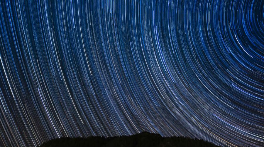 Обсерватория на горе Вилсон США В 1931 году обсерваторию посетил сам Альберт Эйнштейн, ну а сегодня сюда может приехать любой желающий. В недрах комплекса стоит главный астрономический инструмент всего западного полушария, телескоп Хокера. В 1920 году именно его использовал великий Эдвин Хаббл для открытия спиральных галактик. С первого марта по 29 ноября — лучшее время для посещений.