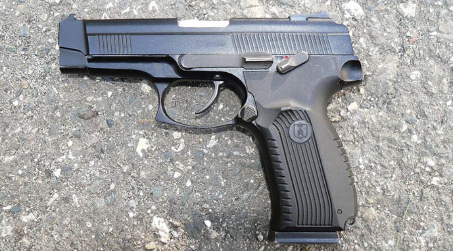 Пистолет Ярыгина Знаменитый «Грач» приняли на вооружение в 2003 году. Пистолет вроде как удовлетворял всем требованиям Министерства обороны, однако затем конструкция обнаружила множество проблем. В частности, эксперты недовольны частым нарушением подачи патронов и прихватим гильз. Сам форм-фактор «Грача» НАТОвским специалистам тоже не нравится — и рукоять не слишком эргономичная, и мушка слишком широкая.