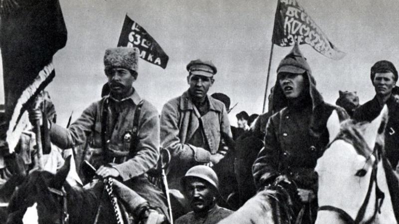 Разобщенность армий Больше всего мешала разобщенность армий. Белые вели кампании разрозненно, имея лишь совершенно абстрактный план «победить большевиков». Красные же действовали гораздо менее хаотично, что позволяло сосредотачивать большие силы на «тонких» местах фронта.