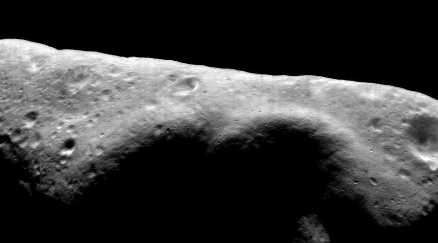 Эрос Этот астероид был открыт Карлом Виттом еще в 1898 году. А в 2001 году на его поверхность приземлился искусственный зонд NEAR Shoemaker, благодаря которому мы теперь понимаем весь уровень угрозы. Дело в том, что Эрос —это самый крупный астероид Солнечной системы. Его размеры составляют 33 х13 х13 км. Что хуже всего, астероид нередко подходит к Земле на угрожающе близкое расстояние. Столкновение с ним будет фатально для всех нас.