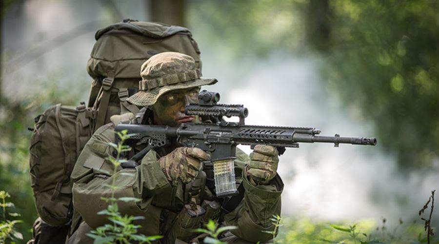 Rheinmetall - Steyr RS556 Два гиганта, Rheinmetall и Steyr, совместно разработали новую автоматическую модульную винтовку RS556, которая в скором времени поступит на вооружение Бундесвера. Конструктивно винтовка выполнена по классической схеме AR-15, дополненной быстро заменяемым стволом. Кроме того, инженеры предусмотрели возможность установки 40-мм подствольного гранатомета.
