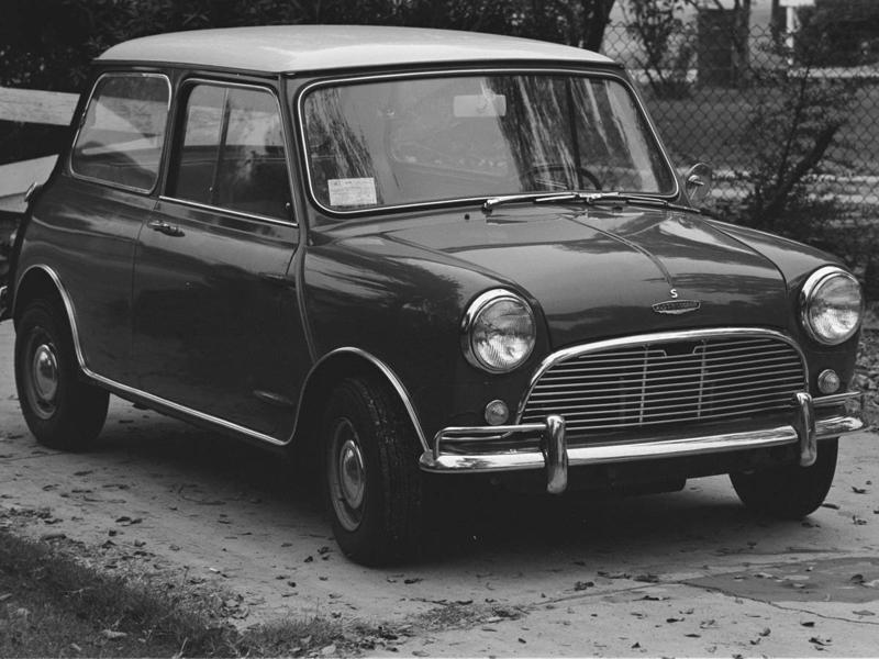 Мини Купер Половина автомобиля Мини Купер была найдена застрявшей в лондонской канализационной трубе. Так никто и не понял, как туда попала часть автомобиля.