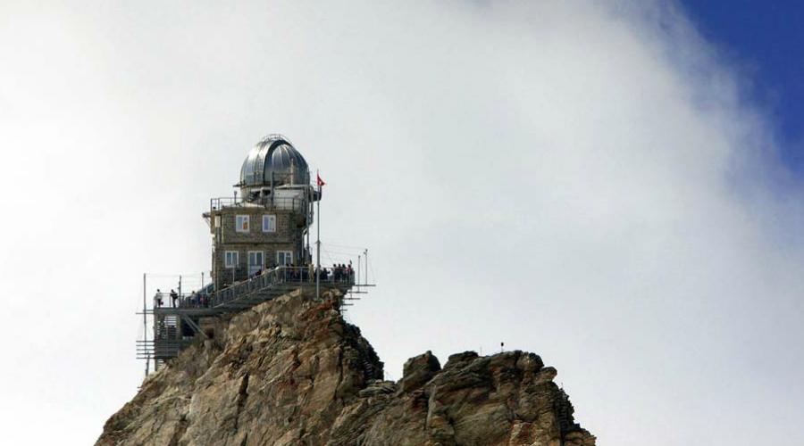 Обсерватория Сфинкс Швейцария Само путешествие к этой обсерватории уже приключение. Научный комплекс «Сфинкс» располагается на высоте в 3,5 километра — только представьте, какой великолепный вид открывается отсюда на Альпы, не говоря уже о звездах.