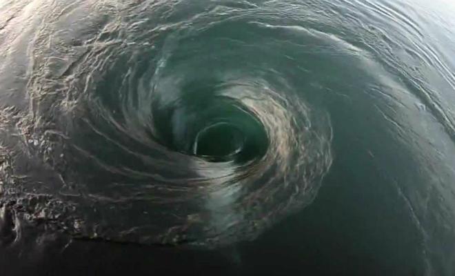 Что скрывает бездна: отчаянный смельчак ныряет прямо в океанский водоворот