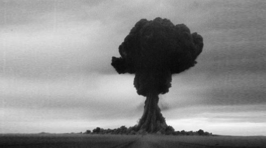 Незаметная атомная бомба29 августа 1949 года на Семипалатинском полигоне прошли успешные испытания первой советской атомной бомбы. Спустя целый месяц на стол директора ЦРУ лег аналитический доклад, согласно которому СССР создаст ядерное оружие не ранее 1953 года. Американцы просто пропустили это «незаметное событие» и оставались в неведении еще почти целый год. Официально же СССР заявили о наличии атомной бомбы только 8 марта 1950 года.