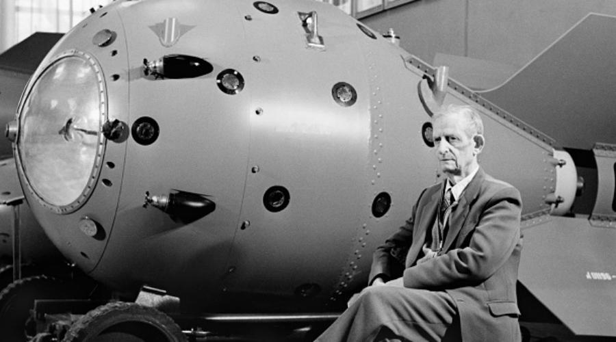 Немецкие герои социалистического трудаСамо собой, к немецким ученым относились внимательно. На закрытом объекте «Челябинск-40» были созданы все условия для работы и комфортной жизни. Именно здесь доктор Николус Риль получил плутоний, послуживший для создания первой атомной бомбы СССР — за это в 1949 году талантливый физик удостоился звания Героя Социалистического труда.