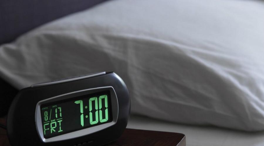 Температура Как правило, во сне температура человеческого тела немного снижается. Но это не значит, что ваша комната должна напоминать морозильник: чрезмерный холод, как и повышенная температура спальни, мешает нормальному отдыху. Попробуйте принять перед сном теплую ванну, это повысит температуру тела, а затем, когда вы выберетесь из воды, температура снизится, что отправит сигнал «пора спать» мозгу.